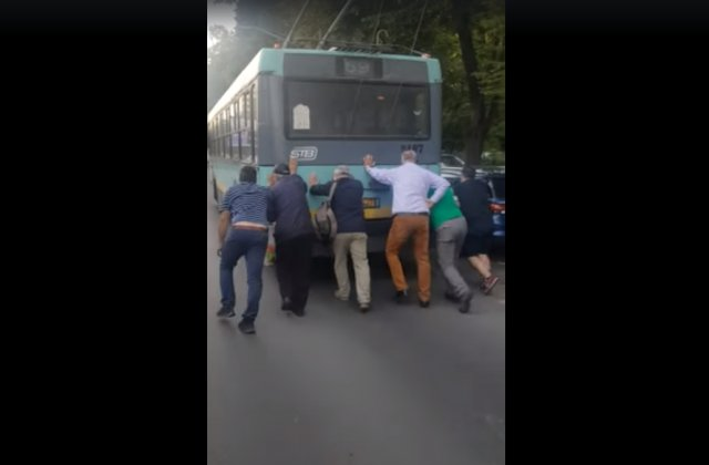 VIDEO Un troleibuz din București împins de călători și două autobuze Otokar tractate pentru reparații