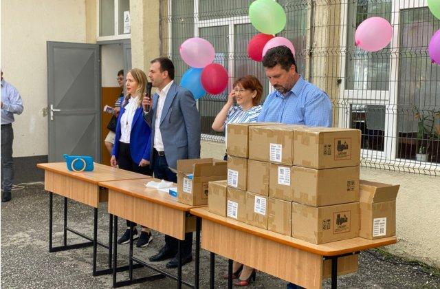 Un primar din Dâmbovița a cumpărat tablete pentru elevi în loc să organizeze Ziua Comunei