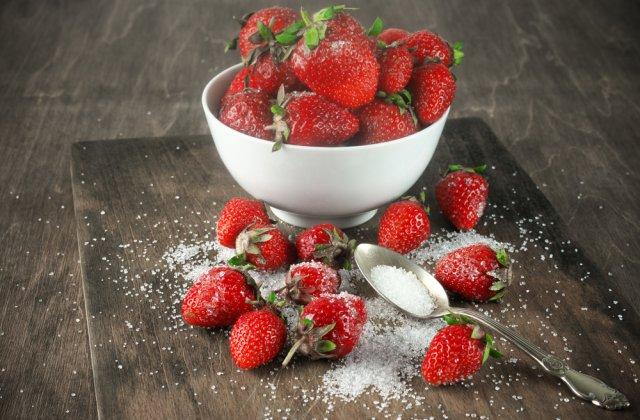 Căpșunile cu zahăr - dăunătoare! Ce efect poate avea combinația asupra organismului