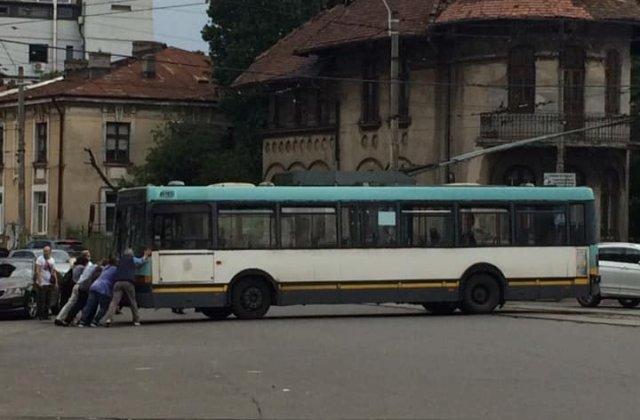 Incident la indigo în București: un alt troleibuz defect a fost împins de călători