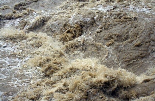 11 persoane au rămas blocate în urma ploilor care au umflat un râu din Argeș. Salvamontiștii au intervenit de urgență