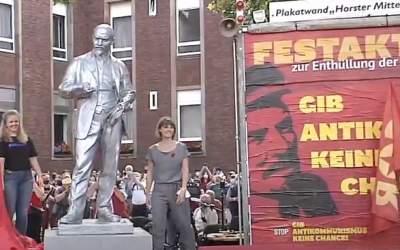 O statuie a lui Lenin a fost...