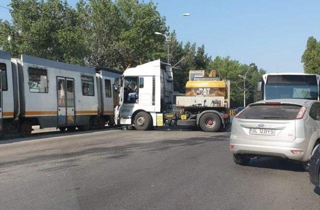 Accident în Capitală între un tramvai și un TIR. Circulația din zonă este restricționată