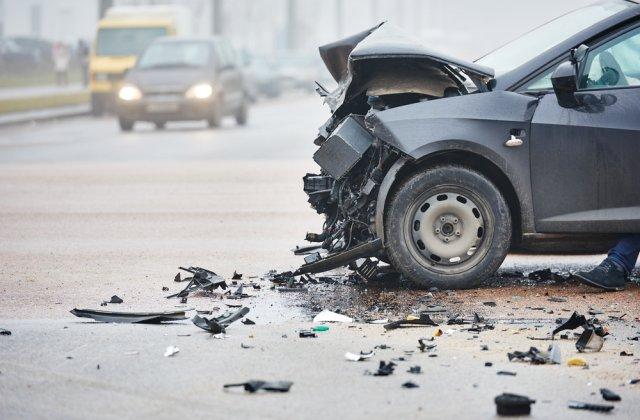 Doi bebeluși de 4 luni au fost răniți într-un accident provocat de un șofer băut, în Prahova