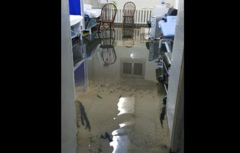 Spitalul Municipal Arad, inundat după ce a plouat torențial