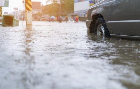 VIDEO Mai multe străzi din Alba Iulia au fost inundate complet