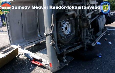 VIDEO Un microbuz cu români s-a răsturant pe o autostradă din Ungaria