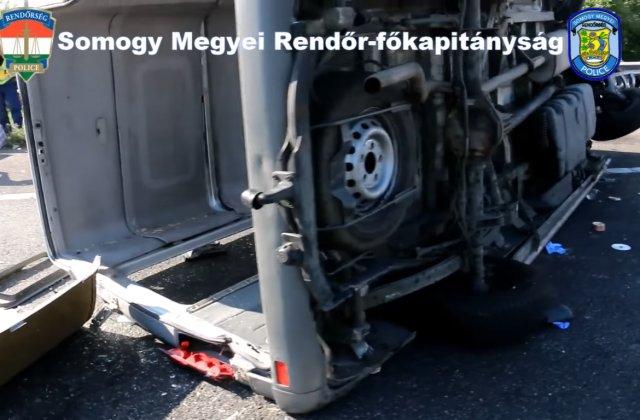 VIDEO Un microbuz cu români s-a răsturant pe o autostradă din Ungaria. O femeie a murit și alte opt persoane au fost rănite