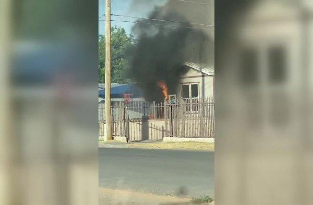 VIDEO Un polițist a intrat într-o casă în flăcări și a salvat un băiețel de 8 ani