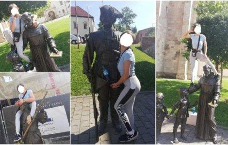 O turistă a fost amendată după ce s-a urcat pe mai multe statui...