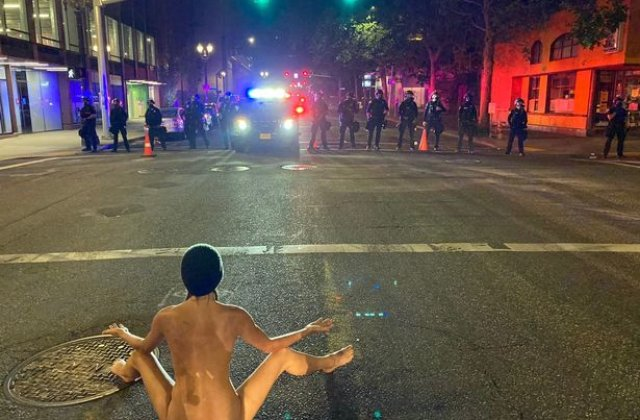 FOTO O tânără s-a dezbrăcat complet și a făcut yoga la un protest, chiar în fața polițiștilor