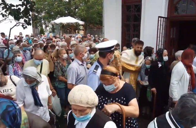 Zeci de oameni s-au îmbulzit pentru pachete la o biserică din Pitești. Un preot a leșinat