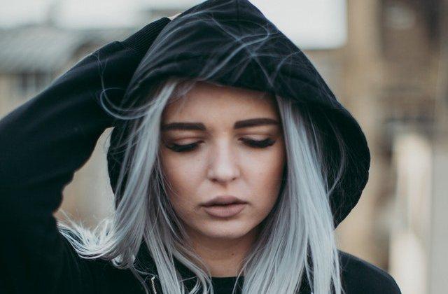10 femei care ne demonstrează că parul gri poate fi fabulos