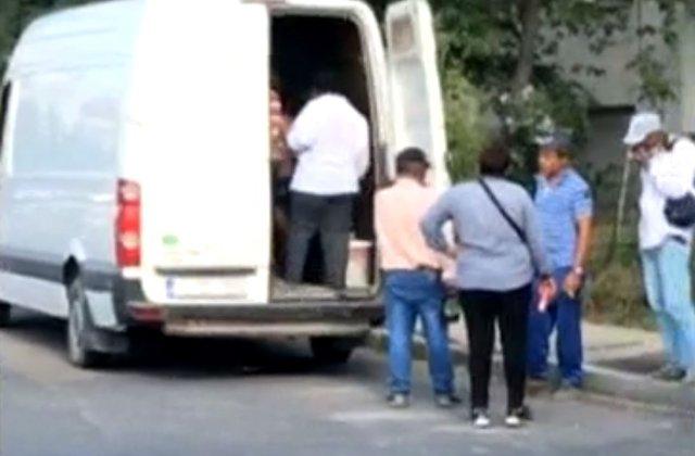 21 de oameni transportați contra cost cu o dubă de marfă, așezați pe bănci de lemn