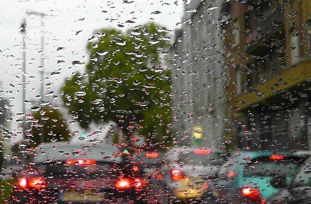 16 județe se află sub Cod PORTOCALIU de ploi și vijelii până duminică dimineață