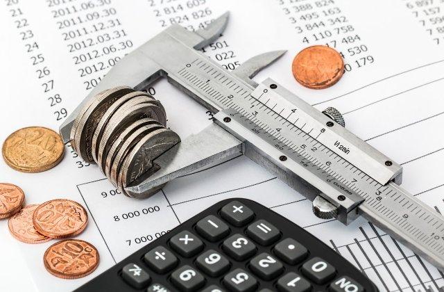 Cum ar vrea Guvernul să crească alocațiile și pensiile când nu sunt bani pentru majorări
