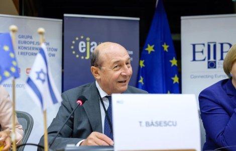 """Băsescu, după ce Iohannis a criticat PSD: """"Eu le dădeam una peste..."""