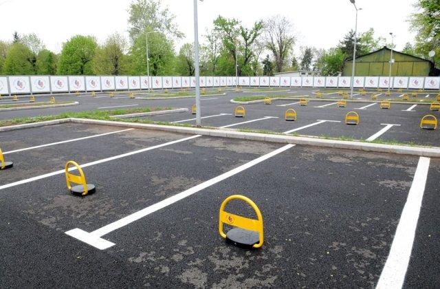 """Probleme în București: șoferii """"bizoni"""" vandalizează parcările, deși sunt gratuite"""