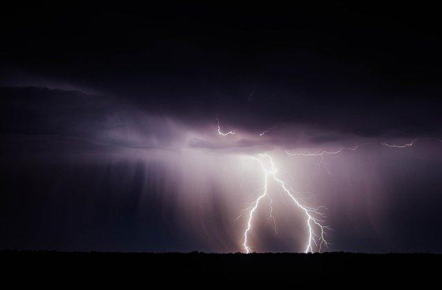 Cod GALBEN de ploi torențiale și furtuni în 19 județe. Harta zonelor afectate