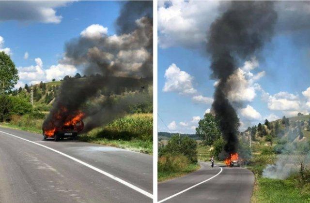FOTO A vrut să dea foc vegetației, dar flăcările i-au cuprins și autoturismul. Pompierii au intervenit de urgență