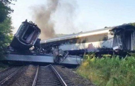 VIDEO Trei persoane au murit după ce un tren de pasageri a deraiat