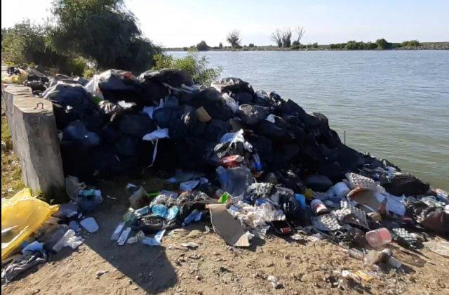 VIDEO Cantități uriașe de gunoaie depozitate pe brațul Sulina! Zeci de saci cu deșeuri au ajuns în apă