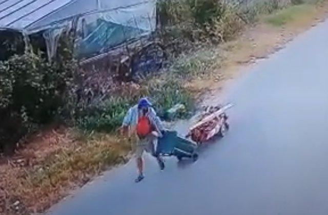 VIDEO Bărbat surprins în timp ce își ducea tatăl mort la cimitir cu un căruț de butelie