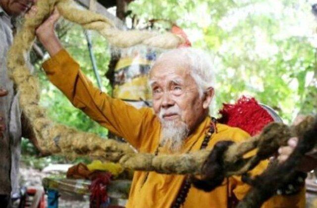 FOTO Are 92 de ani și un păr de 5 metri. Motivul pentru care refuză să se tundă