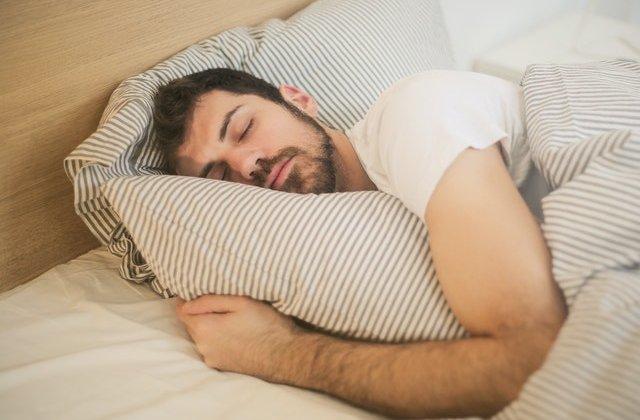 Îți este greu să adormi dacă nu îmbrățișezi ceva? Ăsta ar putea fi motivul