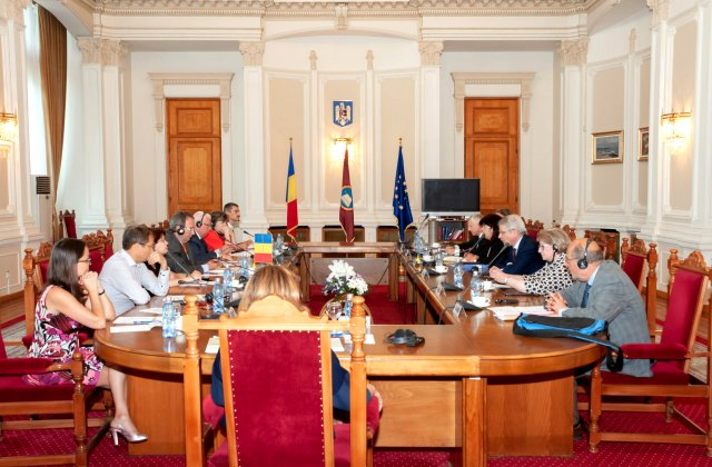 CCR: Nu există conflict între Guvern şi Parlament după depunerea moţiunii de cenzură în sesiunea extraordinară