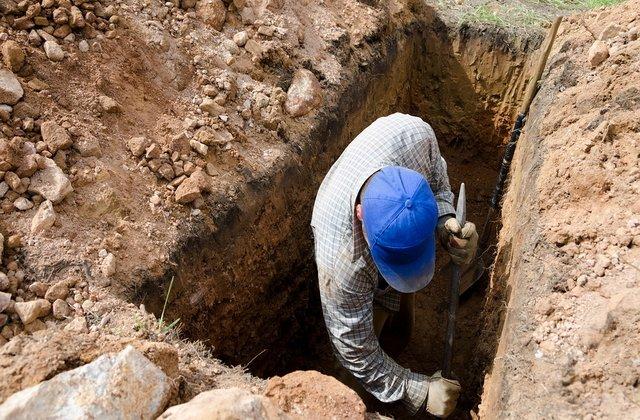 Pedeapsă macabră: Persoanele care refuză să poarte măști, obligate să sape morminte