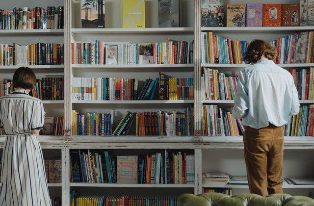 VIDEO Cum funcționează biblioteca umană: în loc de cărți, împrumuți oameni