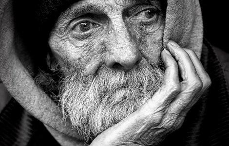 Bătrân rămas singur a pus un mesaj în geamul casei. Ce îi roagă pe...