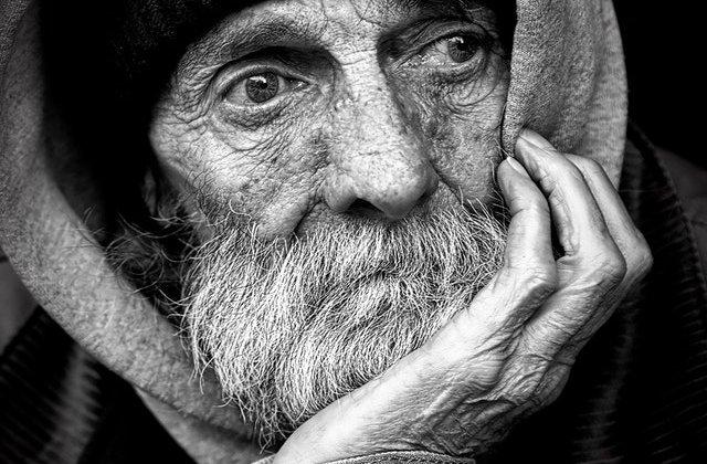 Bătrân de 75 de ani rămas singur a pus un mesaj în geamul casei. Ce îi roagă pe trecători