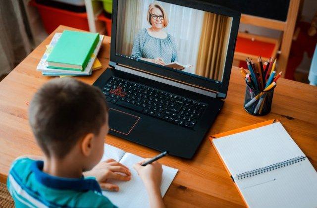 Școala online: elevii nu aud, nu văd ce scrie pe tablă ori stau minute în șir cu mâna ridicată