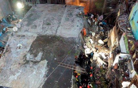 Cel puțin 10 persoane au murit după prăbușirea unei clădiri...