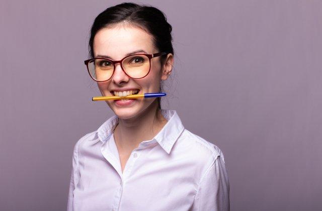 Mai fericit în 3, 2, 1… Ce se întâmplă când ții un pix în gură pentru câteva secunde