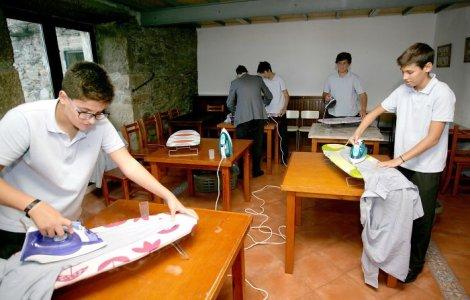 Școala din Spania la care băieții învăța să facă treburi casnice
