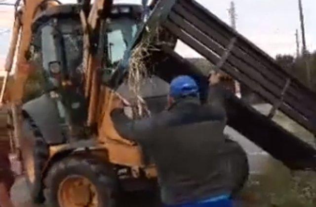 VIDEO Un primar a trimis un excavator peste localnici pentru că nu l-au votat