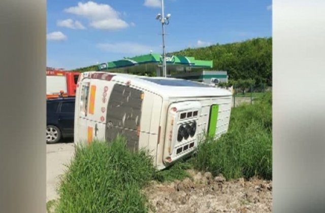 Un microbuz care transporta şase elevi s-a răsturnat pe o şosea din Mureş