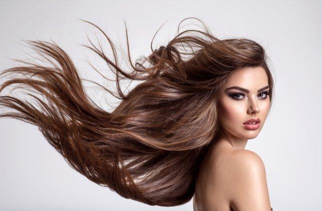 4 metode prin care poți verifica dacă părul tău este cu adevărat sănătos și 4 soluții de îngrijire