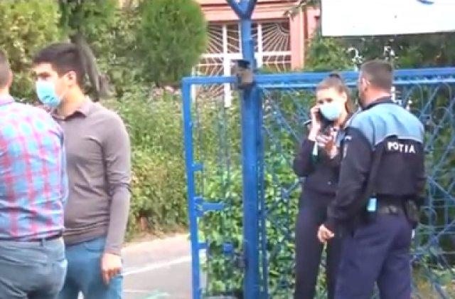 Adolescentă înarmată cu două cuțite și un pumnal în curtea unui liceu din Pitești