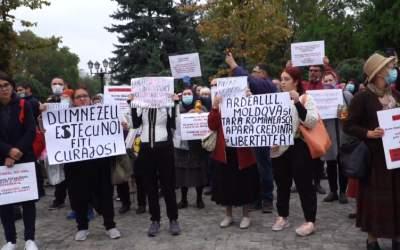 Sute de pelerini au protestat...