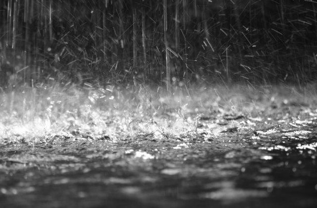 Cod GALBEN de ploi torențiale și vijelii în aproape toată țara. Harta cu zonele vizate