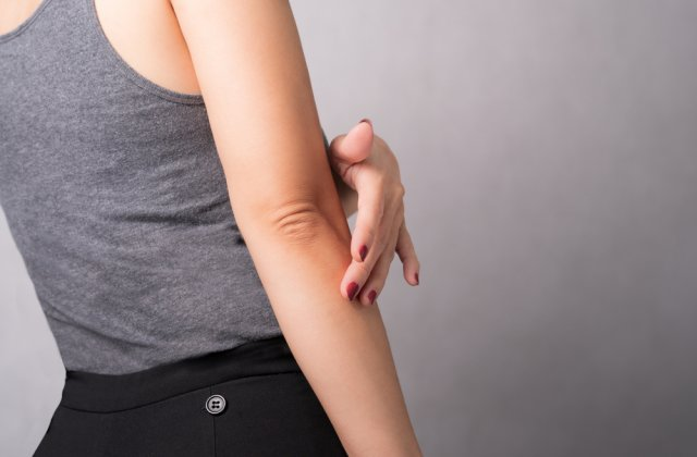 10 metode naturale pentru albirea pielii de pe coate și genunchi