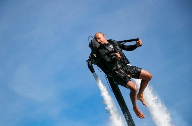 Zbor printre avioane cu un jetpack. Ce înălțime maximă a atins bărbatul
