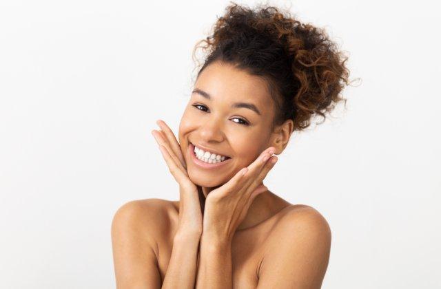 Lasă-ți tenul să respire: 10 metode prin care vei arăta impecabil fără machiaj
