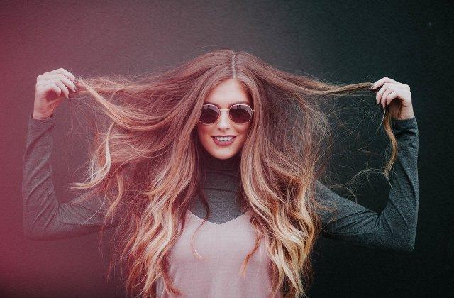 Ai grijă de părul tău și pe timp de noapte: 3 motive ca să nu dormi cu părul prins