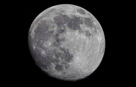 NASA a descoperit pentru prima dată apă pe fața vizibilă a Lunii