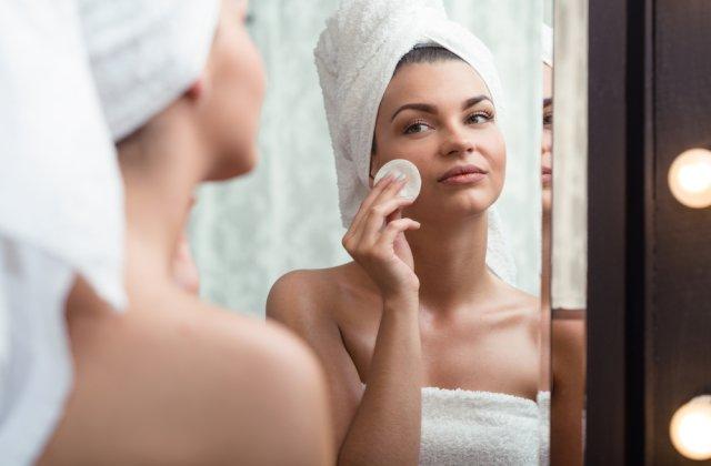 Păstrează-ți frumusețea tenului: demachiere în 5 pași simpli